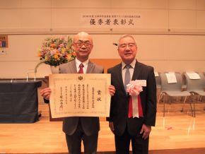 ((写真左より)外国語課主任教諭 片岡孝治先生・西澤理事長